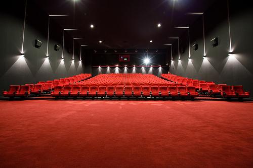 Сегодня фильмы можно посмотреть в красивых кинозалах