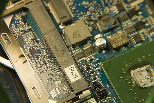 Ноутбук со снятой крышкой, готовый к ремонту